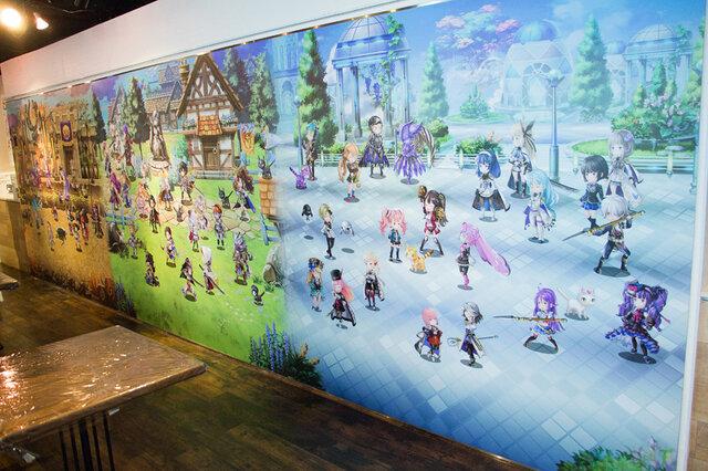 2F壁面にはアナザーエデンのキャラクター達が大集合。中にはまだゲーム内に登場していないキャラクターたちも…